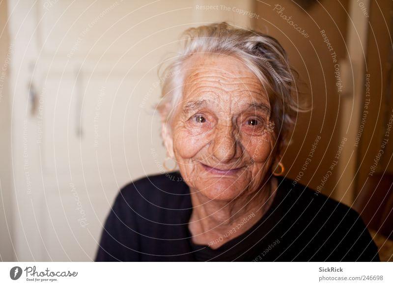 97 Mensch Frau alt schwarz Leben Senior Kopf Stimmung braun Gesundheit außergewöhnlich niedlich Warmherzigkeit Freundlichkeit 60 und älter Großmutter