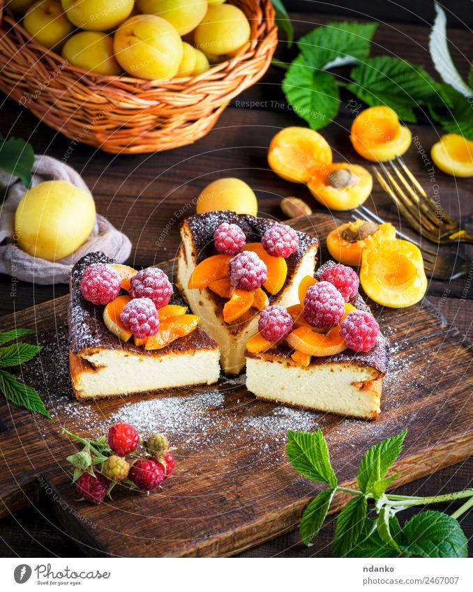 Hüttenkäsekuchen mit Erdbeeren Käse Frucht Kuchen Dessert Ernährung Gabel Tisch frisch hell lecker braun rot weiß Farbe Himbeeren Aprikose Käsekuchen Beeren