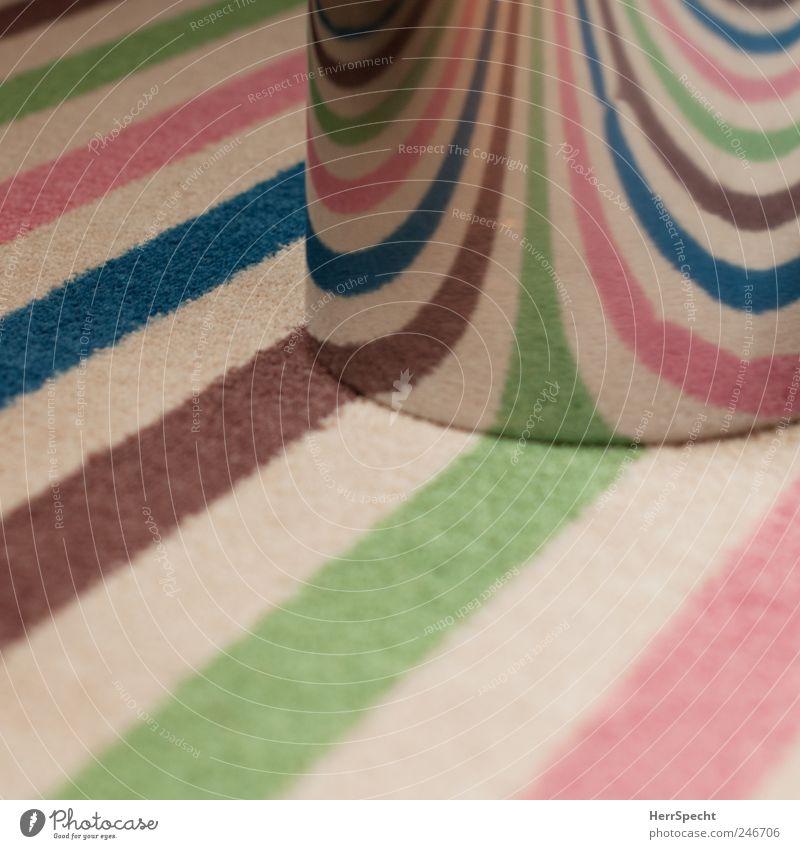 Lichtbrecher Teppich Teppichmuster gestreift Müllbehälter Papierkorb Metall mehrfarbig Lichtbrechung konvex tonnenförmig Farbfoto Innenaufnahme abstrakt Muster