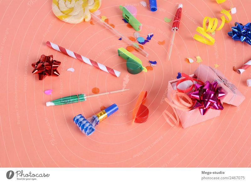 Rote Geschenkbox mit Partykonfetti. Feierkonzept Design Freude Glück Dekoration & Verzierung Feste & Feiern Hochzeit Geburtstag Hut Luftballon Schnur neu oben