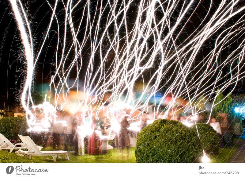 Abflug Mensch Wiese Bewegung Glück Menschengruppe träumen Freundschaft hell Feste & Feiern Park Zufriedenheit fliegen glänzend elegant hoch frei