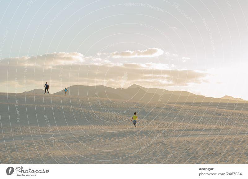 Erkundung der Dünen von Corralejo, Fuerteventura, Spanien Erholung Ferien & Urlaub & Reisen Insel Mensch Familie & Verwandtschaft 3 Sand Wind entdecken genießen