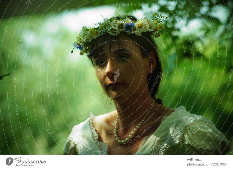 junge frau mit blumenkranz im haar, hochzeitsträume feminin Junge Frau Perlenkette Blumenkranz brünett Romantik verträumt unsicher Unschärfe Porträt
