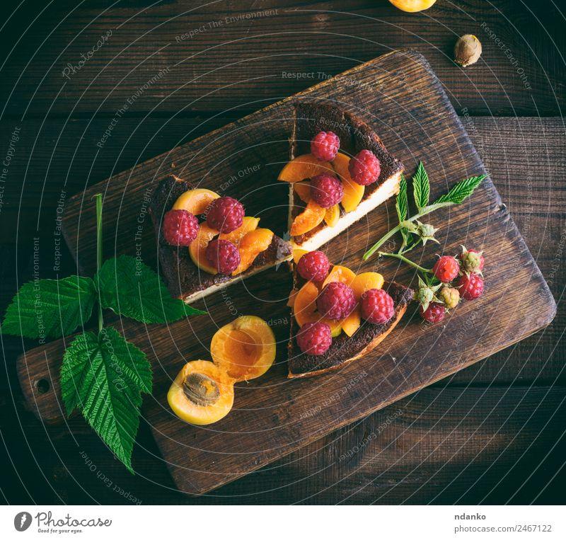 Stückchen Hüttenkäsekuchen mit Erdbeeren Käse Frucht Kuchen Dessert Ernährung Tisch Essen frisch hell lecker braun grün rot Farbe Himbeeren Aprikose Käsekuchen