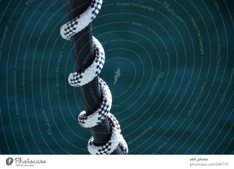 drumherumgewickelt Schiffstau Seil fest blau weiß Sicherheit Zusammenhalt Spirale schwarzes Gummi Segeln festmachen Festmacher sichern Farbfoto Außenaufnahme