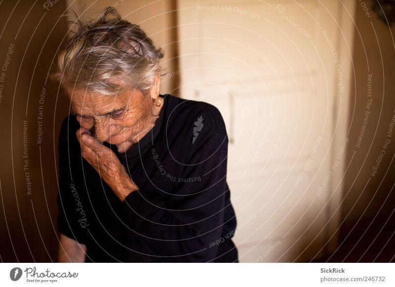 97.2 Frau Erwachsene Weiblicher Senior Großmutter 1 Mensch 60 und älter alt Denken authentisch braun Gefühle Müdigkeit Einsamkeit nachdenklich Ruhestand Witwe
