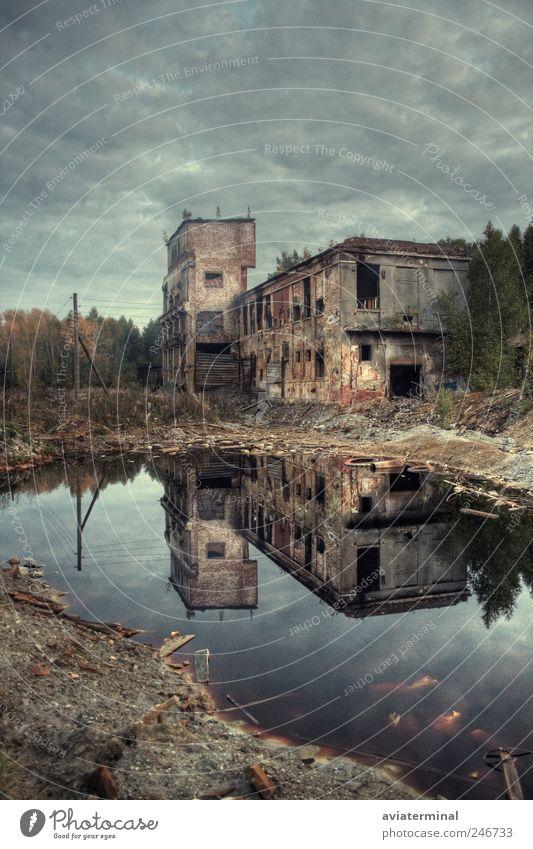alt Wasser Baum Wolken dunkel Architektur grau Traurigkeit dreckig Armut Industrie Fabrik Backstein Unwetter schlechtes Wetter Industrieanlage
