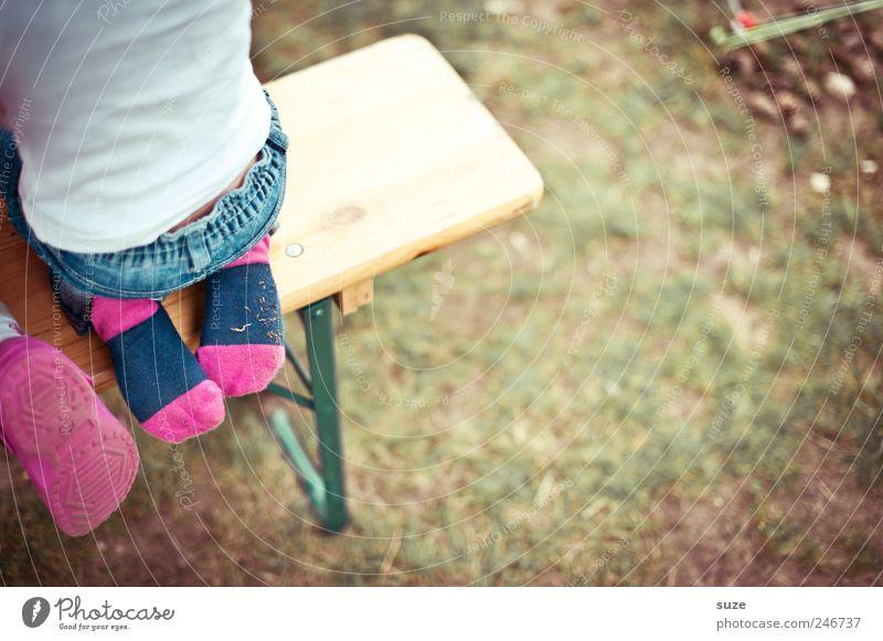 Socken mit ohne Sandalen Freizeit & Hobby Camping Mensch Kind Kleinkind Kindheit Rücken 1 3-8 Jahre Wiese T-Shirt Hose Strümpfe hocken sitzen authentisch klein