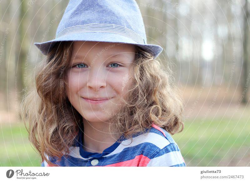 Lebensart | Komplett nur mit Hut || Kind Junge Kindheit 1 Mensch 8-13 Jahre Sommer blond langhaarig Locken Lächeln Coolness frech Fröhlichkeit Glück schön