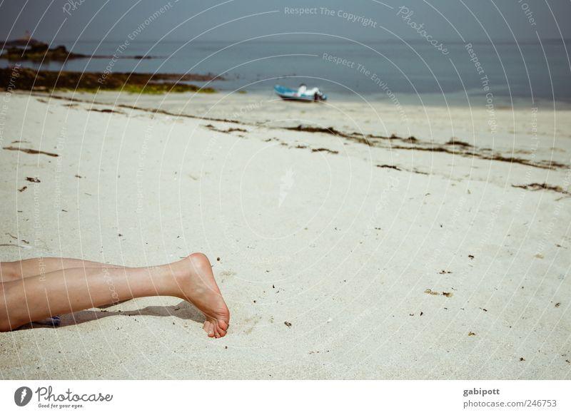 Vor dem Sonnenbrand schön Ferien & Urlaub & Reisen Tourismus Sommer Sommerurlaub Sonnenbad Strand Meer Insel Beine Fuß Natur Sand Bucht liegen Lebensfreude