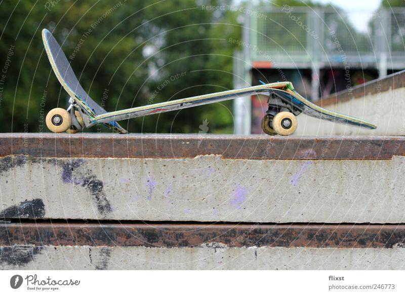 Skating sucks! aber nur manchmal... kaputt Skateboarding gebrochen Zerstörung Funsport unbrauchbar Objektfotografie Unfallgefahr Sportunfall Skaterbahn