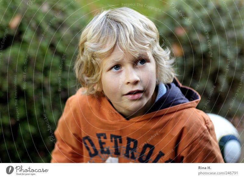 Kleiner Fussballer Mensch maskulin Junge Kindheit 3-8 Jahre Haare & Frisuren blond kurzhaarig Freude Fröhlichkeit Lebensfreude Blick Fußballer Farbfoto
