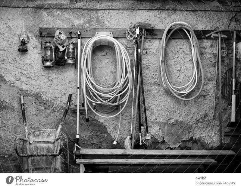 Ruhetag Werkzeug Wasserschlauch Gartenschlauch Schubkarre Besen Teppichklopfer Schrubber Gerät Mauer Wand verputzt Riss Oberflächenstruktur hängen warten ruhig