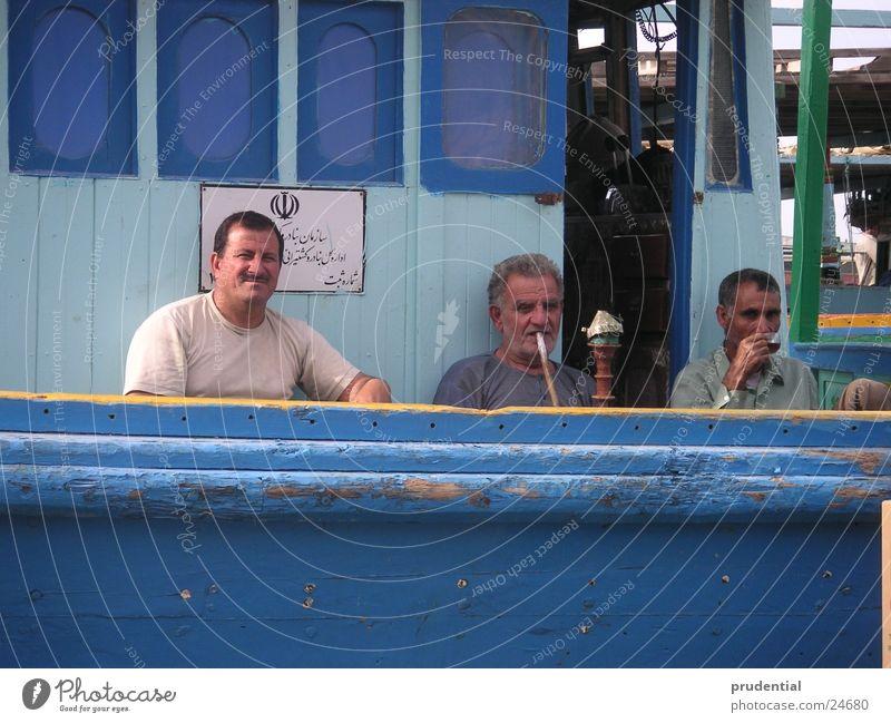 pause Pause Wasserpfeife Wasserfahrzeug 3 Mann Menschengruppe Rauchen blau Hafen sharjah