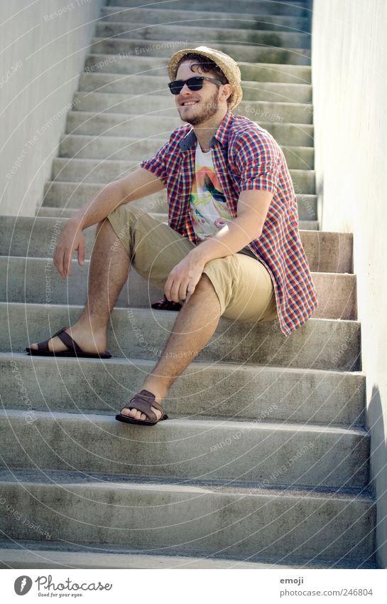 mir gehört die Welt Mensch Jugendliche lachen Erwachsene sitzen Treppe Fröhlichkeit maskulin Coolness Lächeln 18-30 Jahre Sonnenbrille trendy lässig Mann