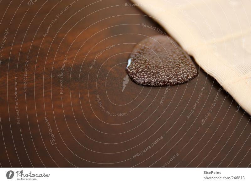 Aqua con gas Trinkwasser Tisch Wassertropfen Tropfen nass Glück Mineralwasser Blase Kontrast Holztisch Farbfoto Nahaufnahme Tischwäsche