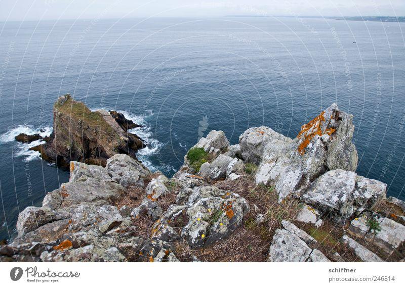 Anlauf... Landschaft Felsen Wellen Küste Meer Ferne Klippe Bretagne Horizont Atlantik ruhig Höhe Weitwinkel Außenaufnahme Menschenleer Textfreiraum oben