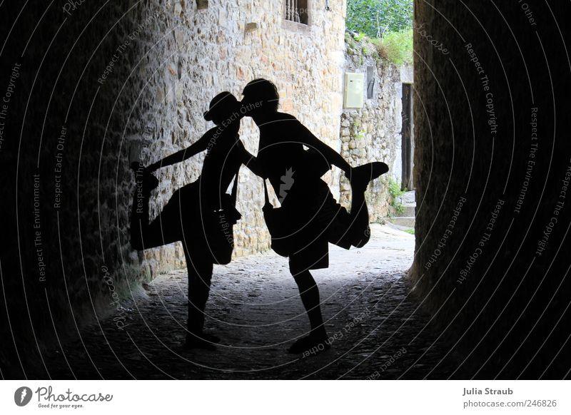 Kiss me Mensch Frau Mann Jugendliche schwarz Erwachsene Wand grau Mauer Paar braun maskulin Europa 18-30 Jahre berühren Dorf