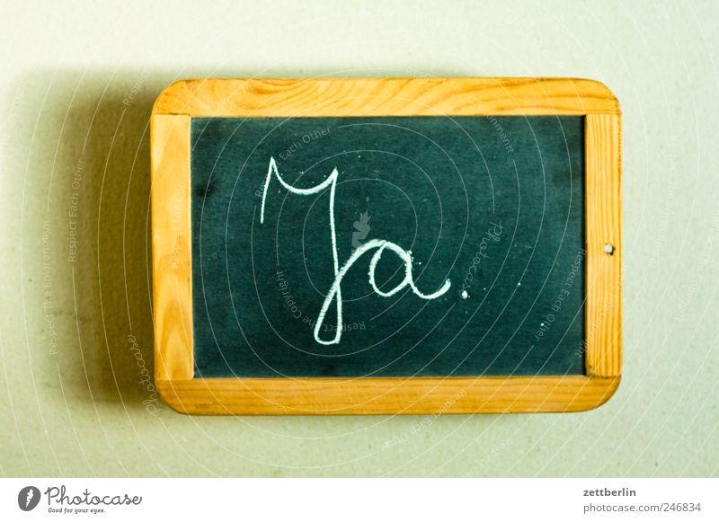 Ja. alt Schilder & Markierungen Schriftzeichen Kommunizieren Telekommunikation Hinweisschild Zeichen Handwerk Tafel Arbeitsplatz Kreide Warnschild Zustimmung