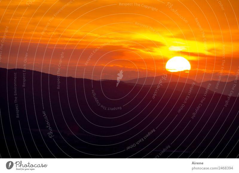 Schönen Abend noch! III Himmel Natur schön Sonne rot Berge u. Gebirge schwarz natürlich orange Stimmung leuchten Schönes Wetter Hügel Kitsch Abenddämmerung Ende