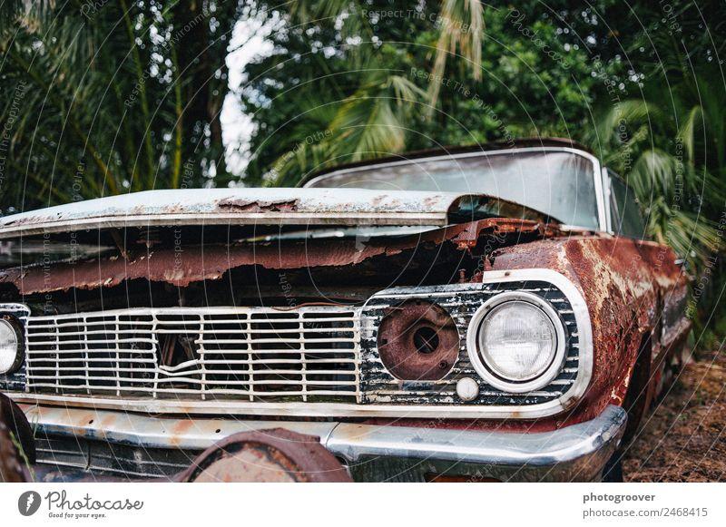 Altes rostiges Auto Motor Industrie Umwelt Verkehr Autofahren Verkehrsunfall Fahrzeug PKW Oldtimer Metall alt Armut trashig braun rot silber Verlässlichkeit