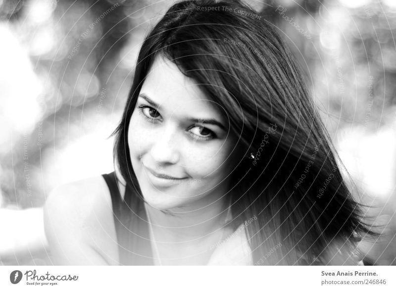 freundlich. feminin Junge Frau Jugendliche Haare & Frisuren Gesicht 1 Mensch 18-30 Jahre Erwachsene Schönes Wetter Park schwarzhaarig langhaarig Lächeln