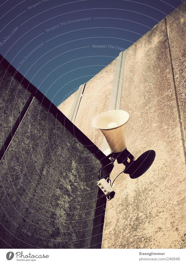 Schulhofsirene Bauwerk Gebäude Mauer Wand Sirene Megaphon laut Lautsprecher durchsage Information himmelblau Himmel Kabel Farbfoto Außenaufnahme Menschenleer