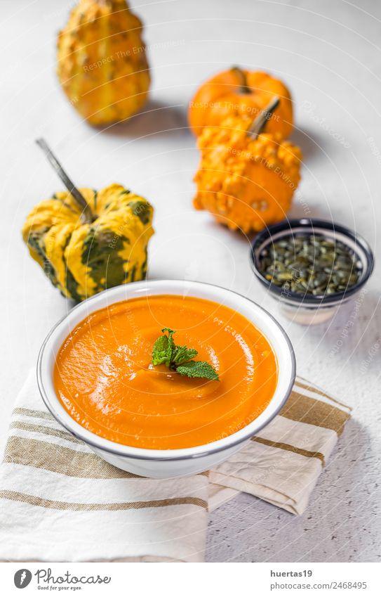 Kürbiscreme in der Schüssel. Gemüse Suppe Eintopf Abendessen Vegetarische Ernährung Diät Teller Schalen & Schüsseln Löffel Gesundheit Gesunde Ernährung Herbst