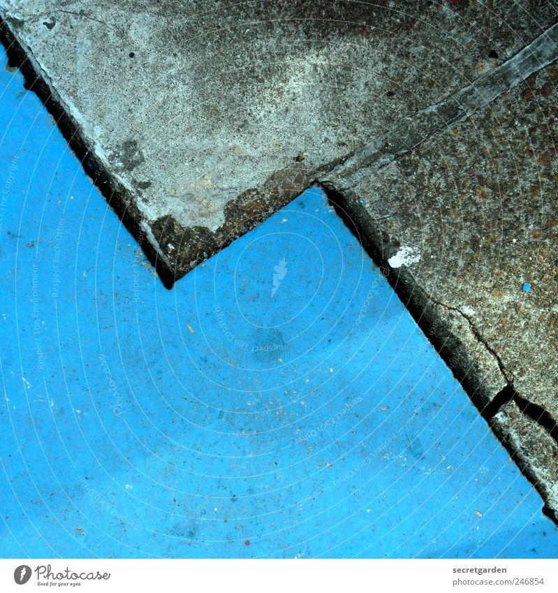 ich weiss jetzt, wie der hase läuft! blau grau Stein Linie glänzend nass Beton Symmetrie Börse graphisch Pflastersteine matt Zacken Steigung Zickzack