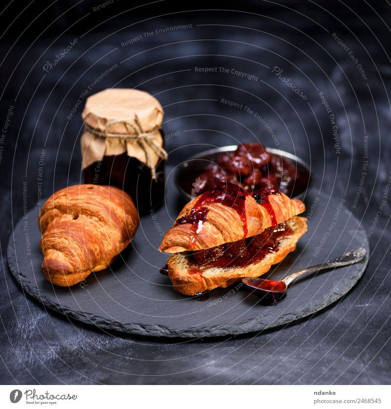gebackene Croissants mit Erdbeermarmelade Brot Brötchen Dessert Marmelade Frühstück Löffel Tisch Essen frisch lecker braun geschmackvoll Hintergrund Französisch