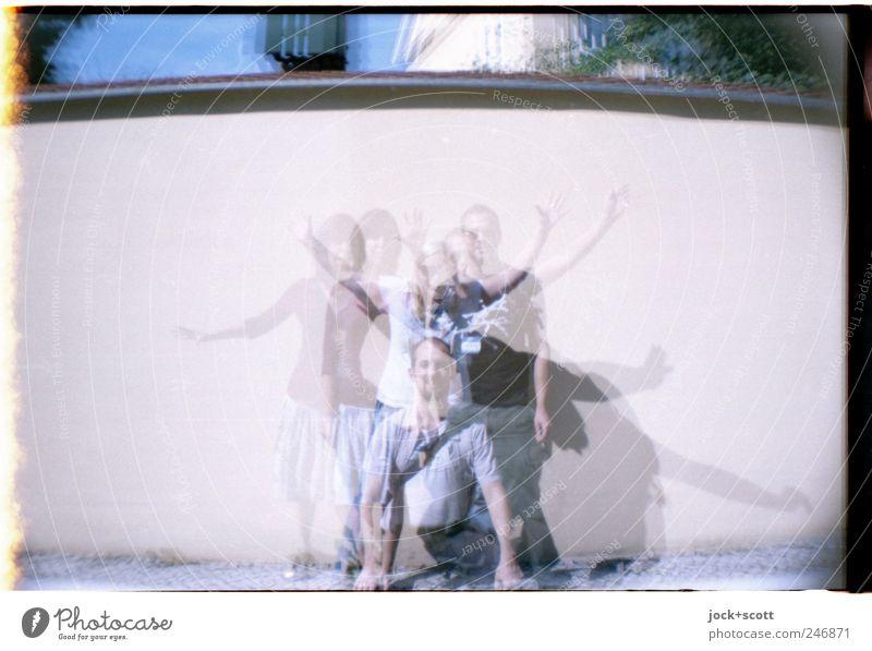 gemischtes Doppel (Rally) Mensch Frau Mann Freude Erwachsene Wand Bewegung lustig Mauer außergewöhnlich Freundschaft Zusammensein stehen Fröhlichkeit Beginn Fotografie