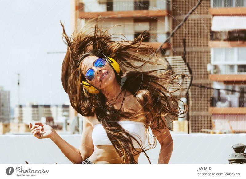 Frau Mensch Sommer schön Freude Erwachsene Lifestyle gelb Stil Glück Freiheit Mode springen modern Musik Lächeln