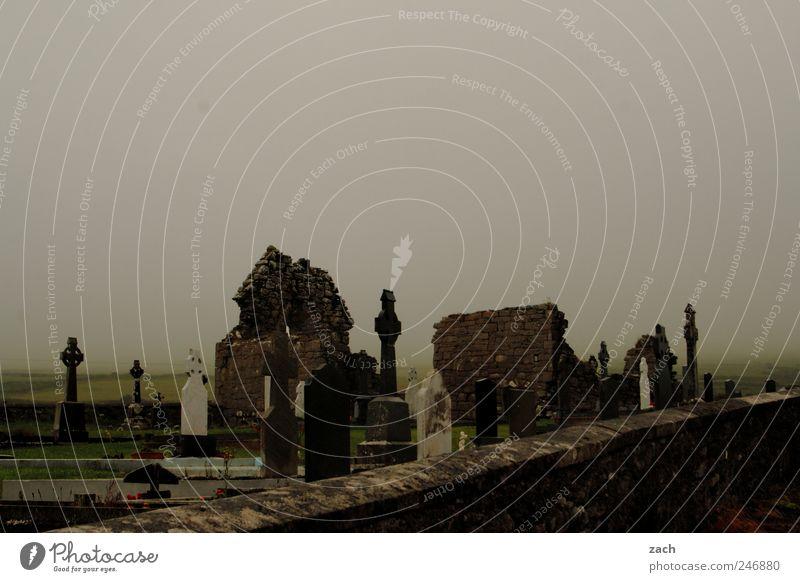 Im Nebel der Geschichte Natur Wolken ruhig dunkel Tod Stein Traurigkeit Regen braun Religion & Glaube Angst Insel Trauer kaputt Kirche