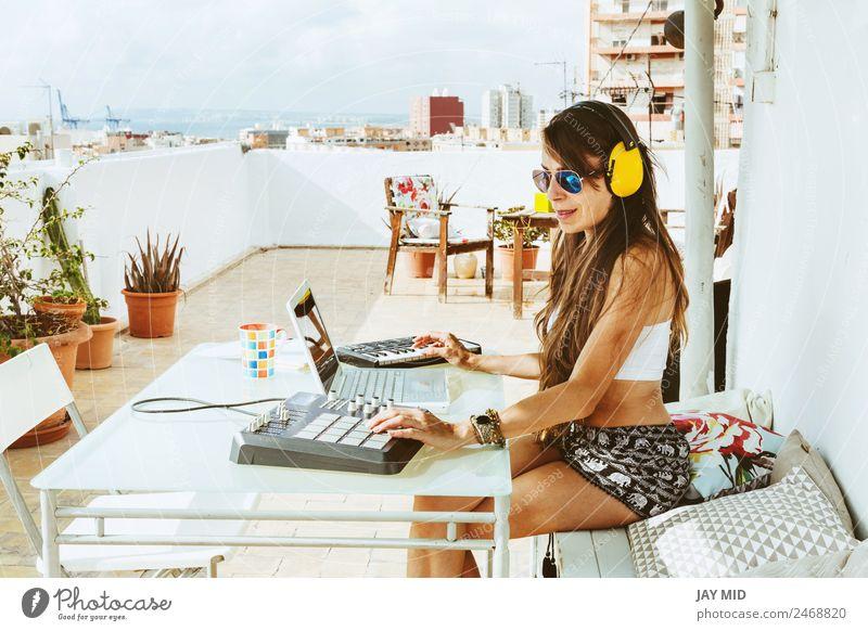 Frau Mensch Sommer Hand Erwachsene Lifestyle feminin Bewegung Technik & Technologie Musik Kreativität Computer Tisch Spanien Tastatur Notebook