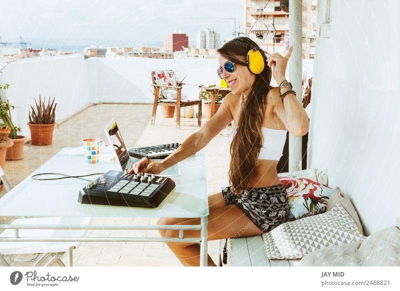 Frau sitzend mit Mischpult, auf der Terrasse Lifestyle Freude Sommer Tisch Musik Diskjockey Headset PDA Computer Tastatur Technik & Technologie feminin