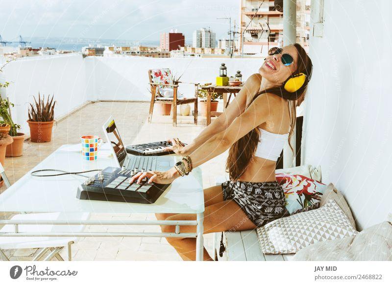 Frau sitzend mit Mischpult, Musikproduktion Lifestyle Sommer Tisch Diskjockey Headset PDA Computer Notebook Tastatur Technik & Technologie feminin Erwachsene