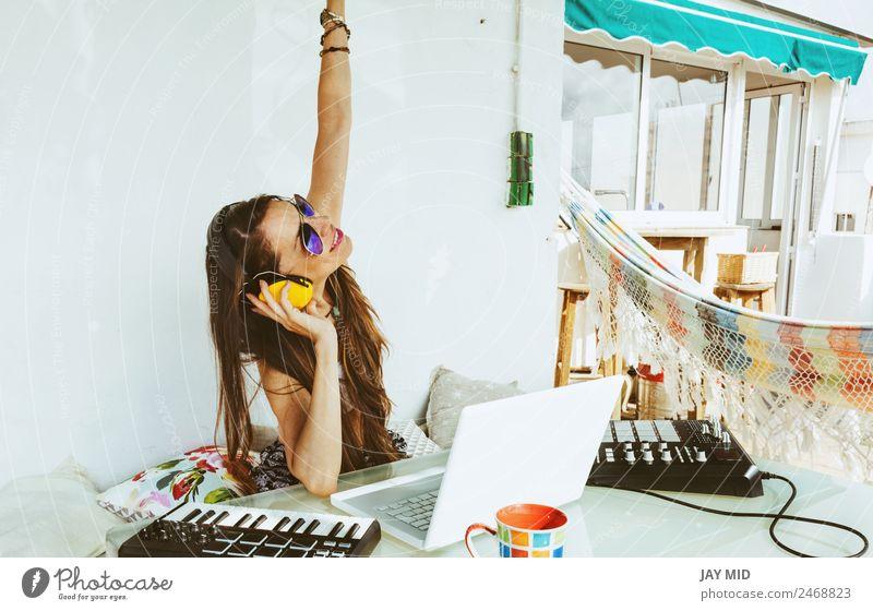 Frau sitzend mit Mischpult, Musikproduktion Lifestyle Sommer Tisch Diskjockey PDA Computer Tastatur Technik & Technologie Erwachsene Hand 1 Mensch Kunst