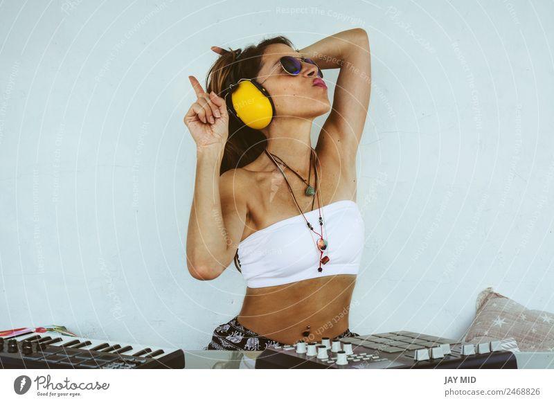 Frau sitzend mit Mischpult, Musikproduktion Lifestyle Sommer Tisch Diskjockey Technik & Technologie feminin Erwachsene Körper 1 Mensch Musiker Terrasse genießen