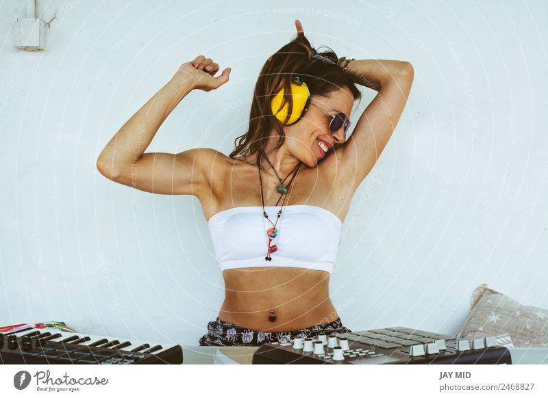 Frau sitzend mit Mischpult, Musikproduktion Lifestyle Freude Sommer Tisch Diskjockey PDA Tastatur Technik & Technologie feminin Erwachsene Körper 1 Mensch Kunst