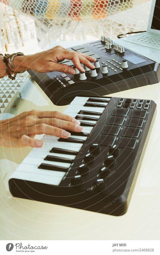 Frau Mensch Sommer Hand Erwachsene Lifestyle Gefühle feminin Kunst Technik & Technologie Musik Kreativität Computer Tisch Coolness Spanien