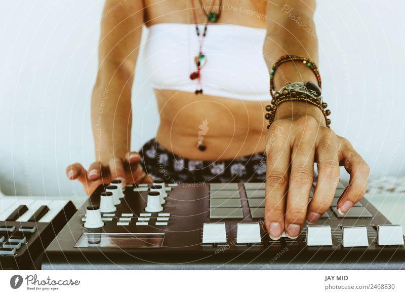 Hände Frau DJ spielt elektronische Musik. Mischtisch Lifestyle Freiheit Sommer Tisch Diskjockey Beruf Technik & Technologie Unterhaltungselektronik feminin