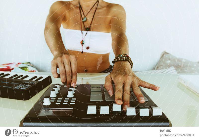Hände Frau DJ spielt elektronische Musik. Mischtisch Lifestyle Sommer Tisch Diskjockey Technik & Technologie feminin Erwachsene Hand Gefühle Macht innovativ