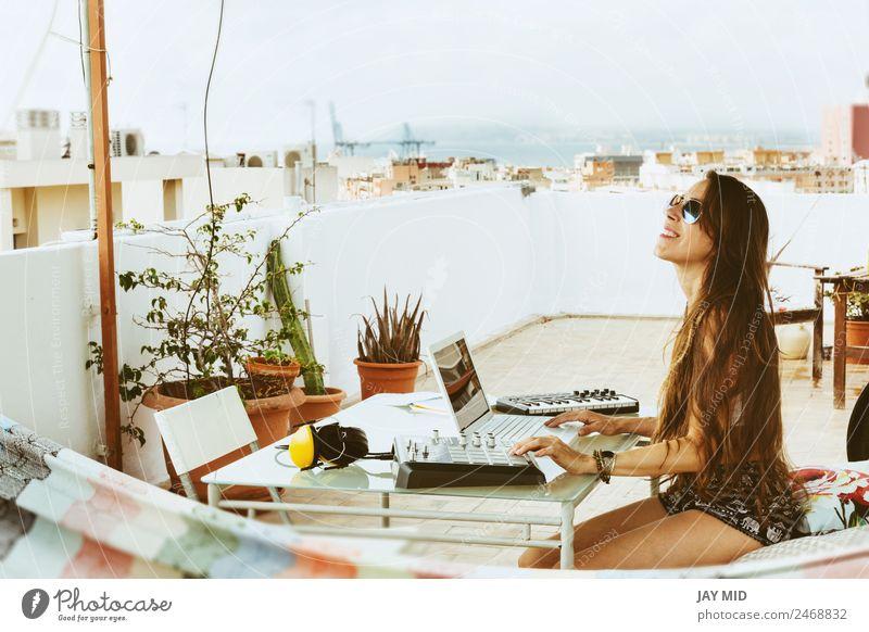 Frau sitzend mit Mischpult, Musikproduktion Lifestyle Sommer Tisch Diskjockey PDA Computer Tastatur Technik & Technologie feminin Erwachsene Körper Hand Musiker