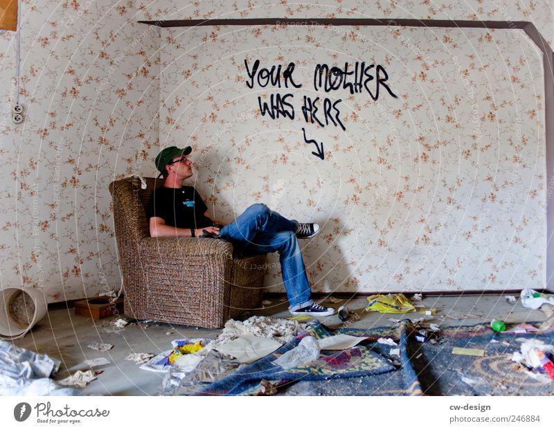 Deine Mudda Mensch Mann Jugendliche Einsamkeit Wand Graffiti Mauer Erwachsene Kunst warten dreckig sitzen maskulin Häusliches Leben trashig Ruine