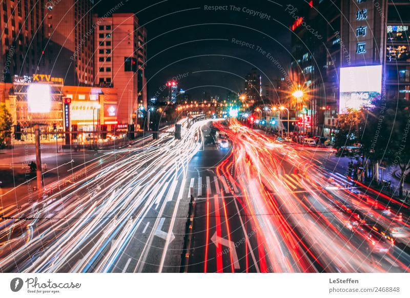 busy street of Shanghai China Stadt Stadtzentrum Hochhaus Verkehr Personenverkehr Autofahren Straße Straßenkreuzung PKW beobachten Bewegung Jagd leuchten