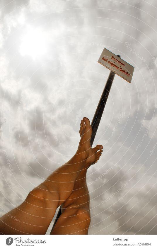 no risk no fun Mensch Mann Erwachsene Beine Fuß Schilder & Markierungen maskulin stehen Schriftzeichen Hinweisschild bedrohlich Zeichen Risiko Gleichgewicht