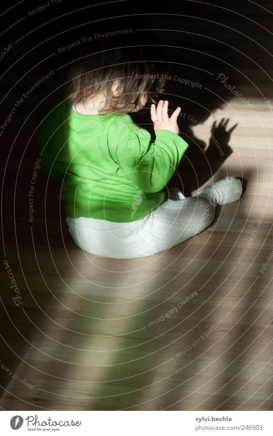Schattenspiele Häusliches Leben Wohnung Raum Mensch Kind Mädchen Kindheit Hand Finger 1 0-12 Monate Baby Bekleidung Pullover Strumpfhose brünett entdecken