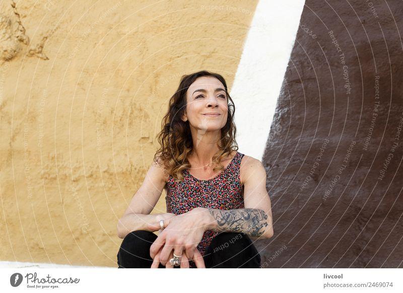 Frau auf der Straße Lifestyle Stil Glück schön Gesicht Erholung ruhig Mensch feminin Erwachsene Weiblicher Senior 45-60 Jahre Kunst Fassade Mode Tattoo Piercing