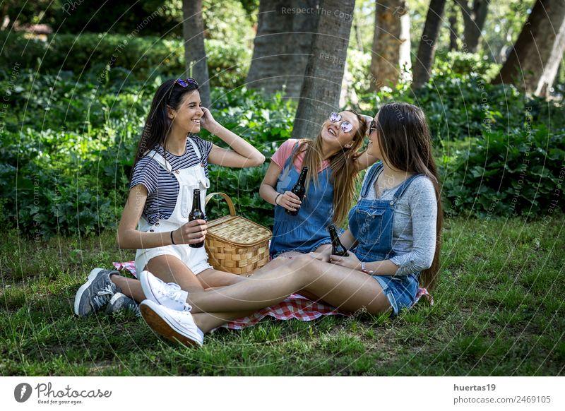 Drei schöne junge Frauen feminin Junge Frau Jugendliche Erwachsene Freundschaft Körper 3 Mensch 18-30 Jahre Pflanze Schönes Wetter Baum Park Mode lachen Glück