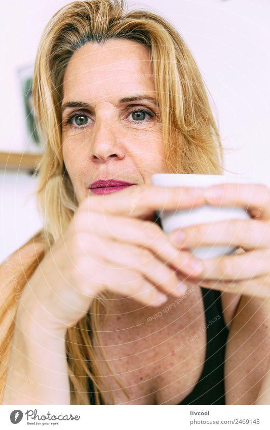 Frau und Kaffee Glück Erholung Sommer Mensch Erwachsene blond Denken Lächeln sitzen Coolness heiß trinken Bar Beautyfotografie hübsch attraktiv sexy Frau